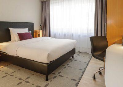 Mercure Hotel Dortmund Centrum Zimmer Queenbett Bettansicht Seitlich